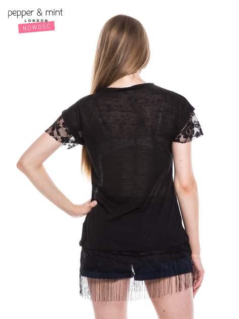 Czarny t-shirt z koronką i frędzlami w stylu boho                                  zdj.                                  3