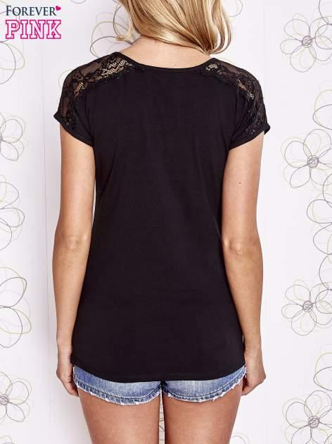 Czarny t-shirt z koronkowym wykończeniem rękawów                                  zdj.                                  4