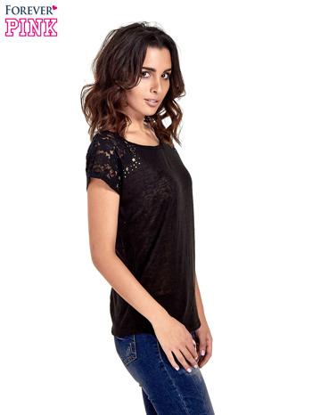 Czarny t-shirt z koronkowymi rękawami i gwiazdkami                                  zdj.                                  3