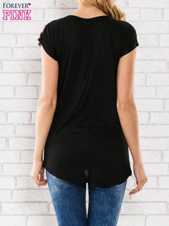 Czarny t-shirt z motywem egzotycznych kwiatów                                  zdj.                                  4