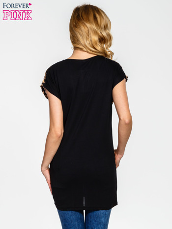 Czarny t-shirt z motywem panterki                                  zdj.                                  2