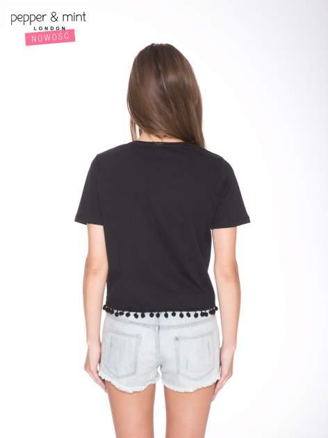 Czarny t-shirt z nadrukiem CUTE i pomponami w stylu etno                                  zdj.                                  4