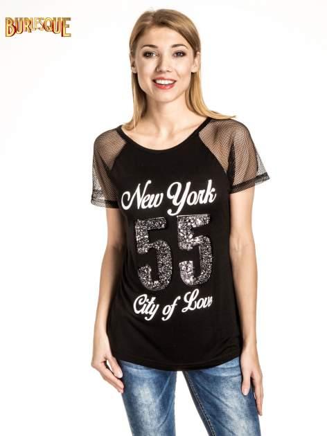 Czarny t-shirt z nadrukiem NEW YORK 55 i siatkowymi rękawami