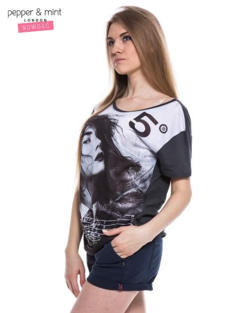 Czarny t-shirt z nadrukiem modelki                                  zdj.                                  2