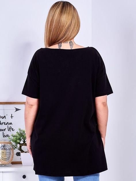 Czarny t-shirt z nadrukiem naszywek PLUS SIZE                              zdj.                              2