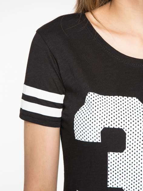 Czarny t-shirt z nadrukiem numerycznym w stylu baseball                                  zdj.                                  6