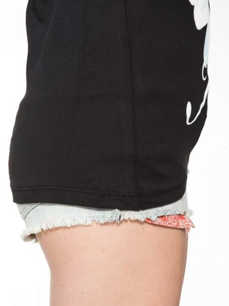 Czarny t-shirt z nadrukiem stokrotki z dżetami                                  zdj.                                  8