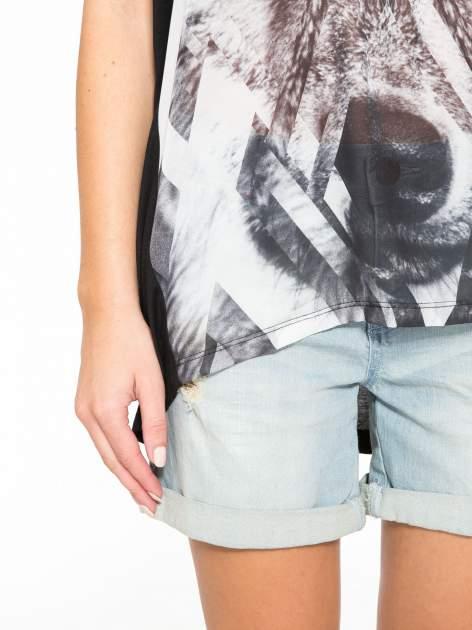 Czarny t-shirt z nadrukiem wilka i wydłużanym tyłem                                  zdj.                                  7