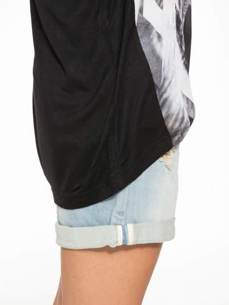 Czarny t-shirt z nadrukiem wilka i wydłużanym tyłem                                  zdj.                                  9