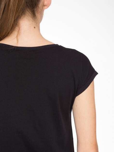 Czarny t-shirt z nadrukiem żyrafy                                  zdj.                                  8