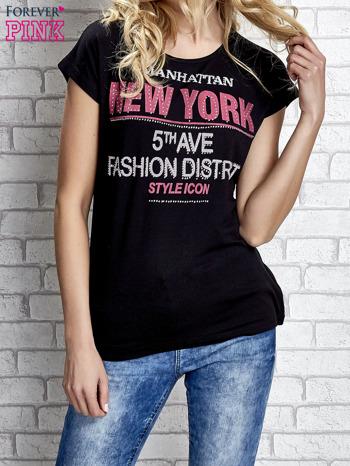 Czarny t-shirt z napisem FASHION DISTRICT z dżetami                                  zdj.                                  1
