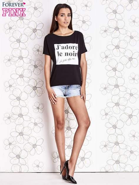 Czarny t-shirt z napisem J'ADORE LE NOIR                                  zdj.                                  2