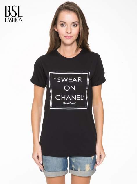 Czarny t-shirt z napisem SWEAR ON CHANEL                                  zdj.                                  1