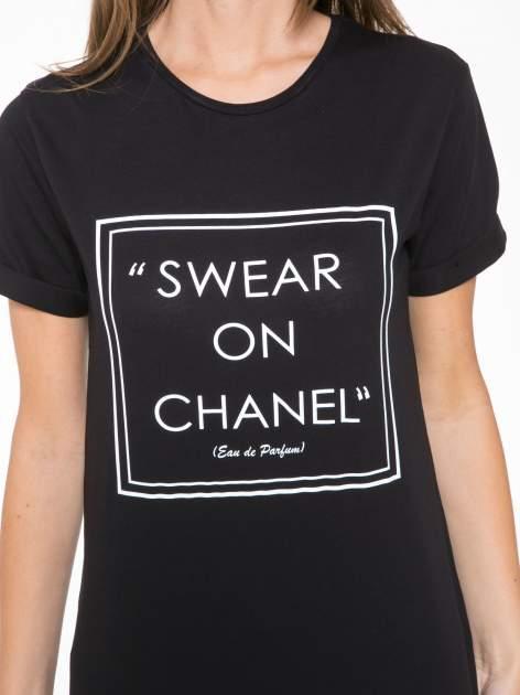 Czarny t-shirt z napisem SWEAR ON CHANEL                                  zdj.                                  6
