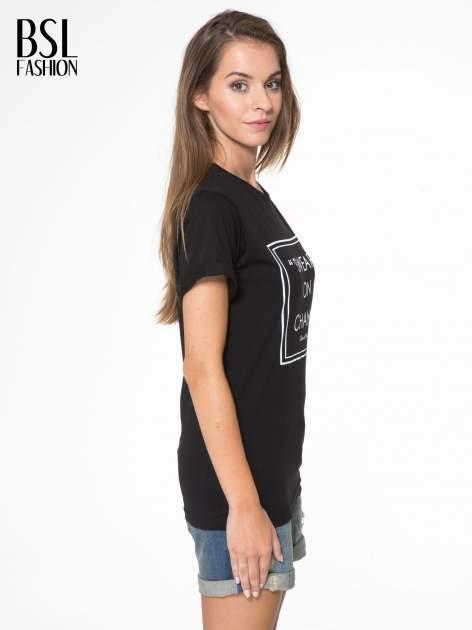 Czarny t-shirt z napisem SWEAR ON CHANEL                                  zdj.                                  3