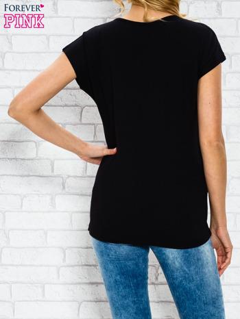 Czarny t-shirt z napisem TOO VOGUE FOR YOU z dżetami                                  zdj.                                  2