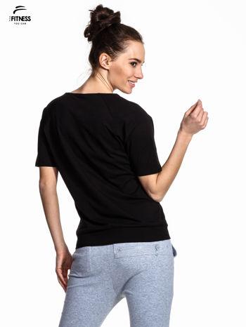 Czarny t-shirt z napisem WORKING ON A NEW ME                                  zdj.                                  3
