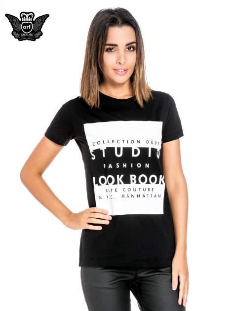 Czarny t-shirt z napisem w stylu fashion                                  zdj.                                  1