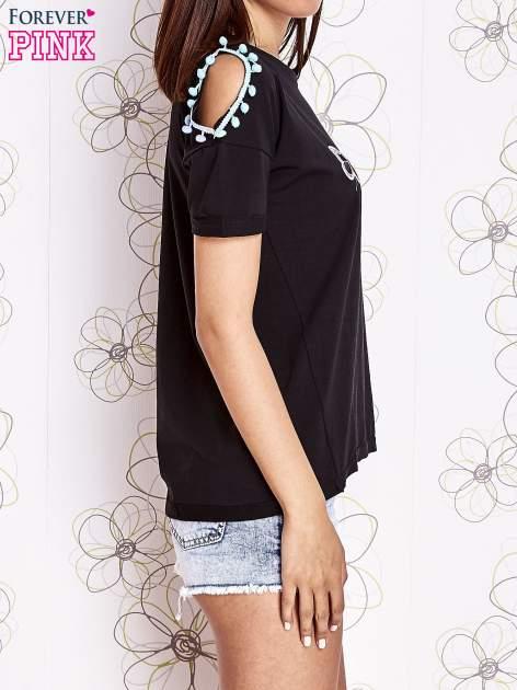 Czarny t-shirt z naszywką motyla i pomponami                                  zdj.                                  3