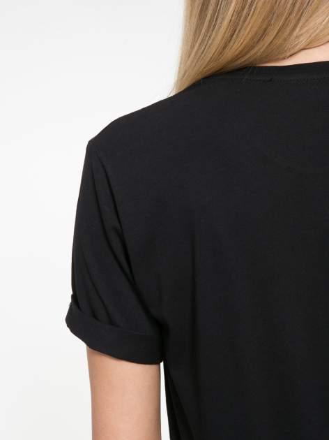 Czarny t-shirt z nazwami stolic mody                                  zdj.                                  8