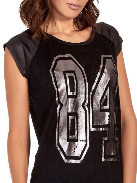 Czarny t-shirt z numerkiem i skórzanymi rękawami                                  zdj.                                  5