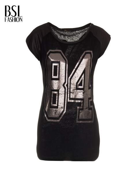 Czarny t-shirt z numerkiem i skórzanymi rękawami                                  zdj.                                  7