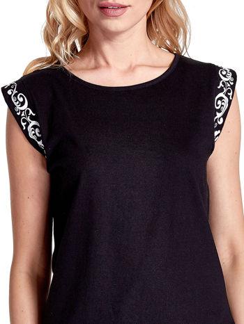 Czarny t-shirt z ornamentem na rękawach                                  zdj.                                  5
