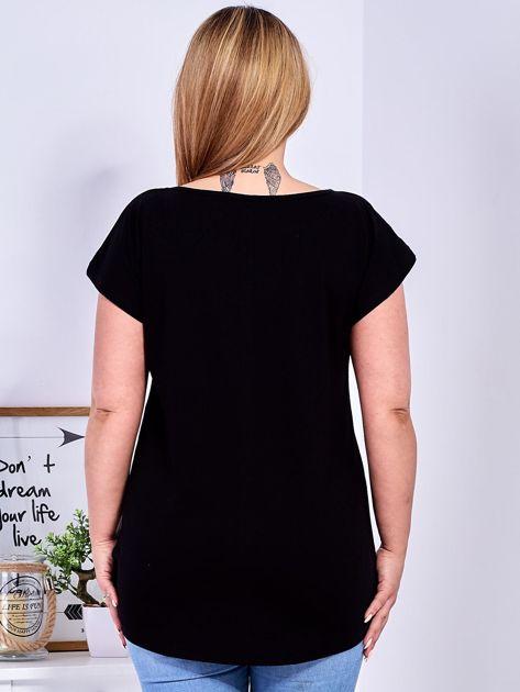 Czarny t-shirt z roślinnym motywem PLUS SIZE                              zdj.                              2