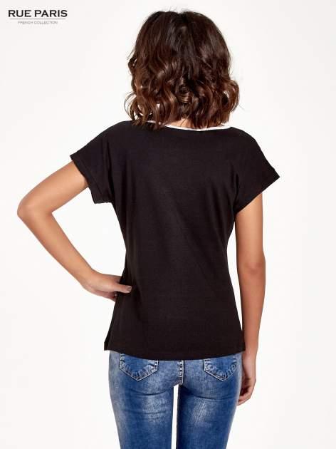 Czarny t-shirt z siateczkową górą i kontrastową lamówką                                  zdj.                                  4