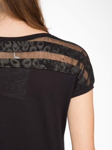 Czarny t-shirt z tiulowo-panterkową wstawką przy ramionach                                  zdj.                                  8