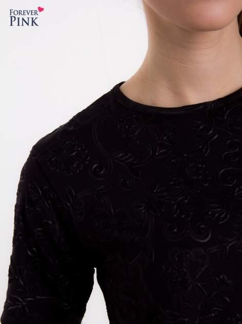 Czarny t-shirt z wytłaczanym kwiatowym ornamentem                                  zdj.                                  5