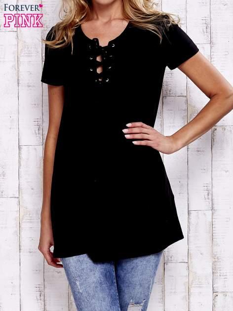 Czarny t-shirt ze sznurowanym dekoltem lace up