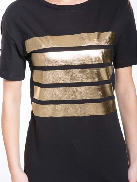 Czarny t-shirt ze złotymi pasami w stylu glamour                                  zdj.                                  6