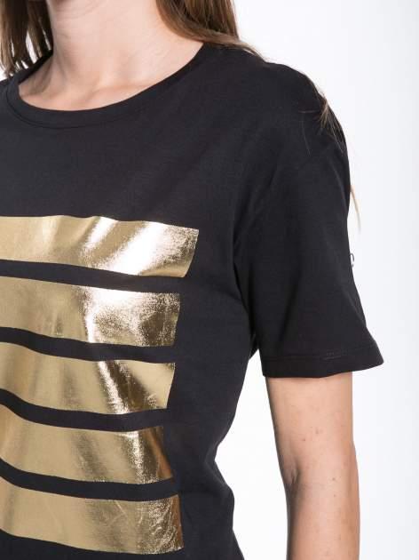 Czarny t-shirt ze złotymi pasami w stylu glamour                                  zdj.                                  7