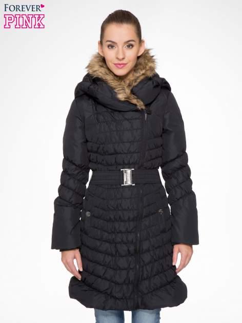 Czarny taliowany puchowy płaszcz z futrzanym kapturo-kołnierzem