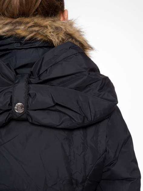 Czarny taliowany puchowy płaszcz z futrzanym kapturo-kołnierzem                                  zdj.                                  9