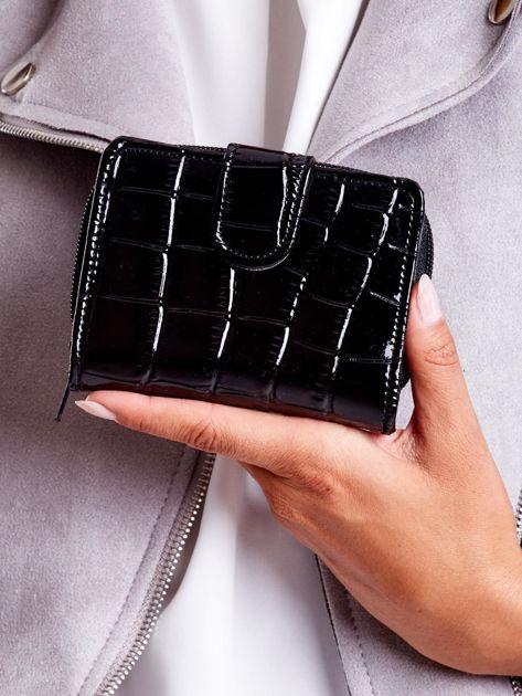 Czarny tłoczony portfel z motywem skóry krokodyla