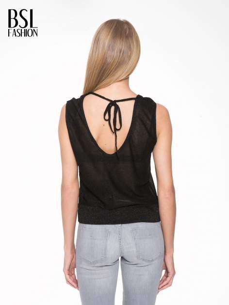 Czarny top z dekoltem na plecach przeplatany błyszczącą nicią