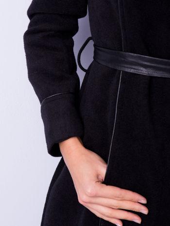 Czarny wełniany płaszcz ze skórzanym paskiem                                  zdj.                                  5