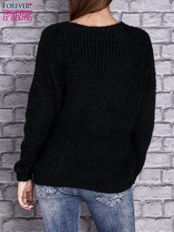 Czarny włochaty sweter z naszywkami                                  zdj.                                  3
