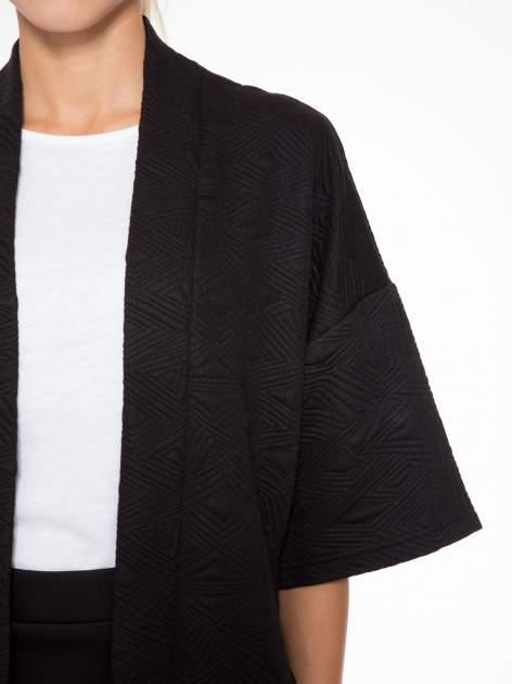Czarny żakiet kimono o fakturze w geometryczne wzory                                  zdj.                                  5