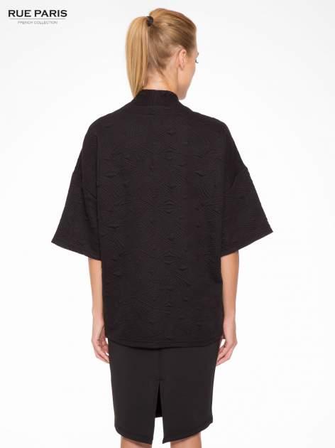 Czarny żakiet kimono o fakturze w geometryczne wzory                                  zdj.                                  4