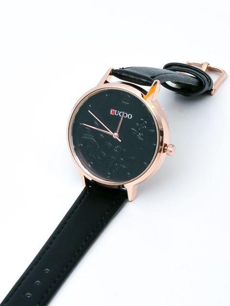 Czarny zegarek z kwiatami na tarczy