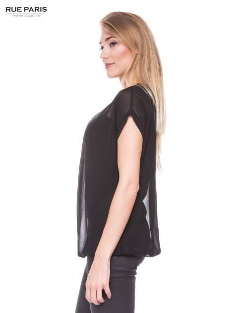 Czarny zwiewny t-shirt z plisami na dekolcie                                  zdj.                                  2