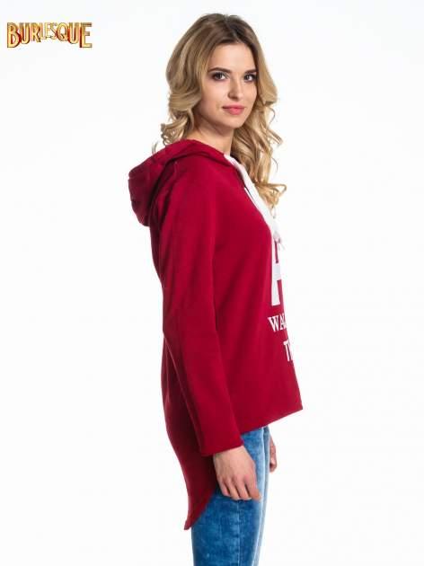Czerwona bluza z kapturem i napisem A WALK AT THE SEA                                  zdj.                                  3