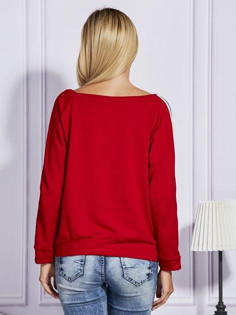 Czerwona bluza z kolorowymi wstawkami                              zdj.                              2