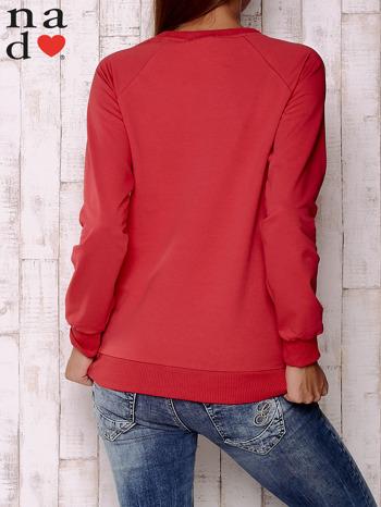 Czerwona bluza z motywem dłoni                                  zdj.                                  4