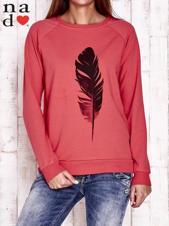Czerwona bluza z piórkiem