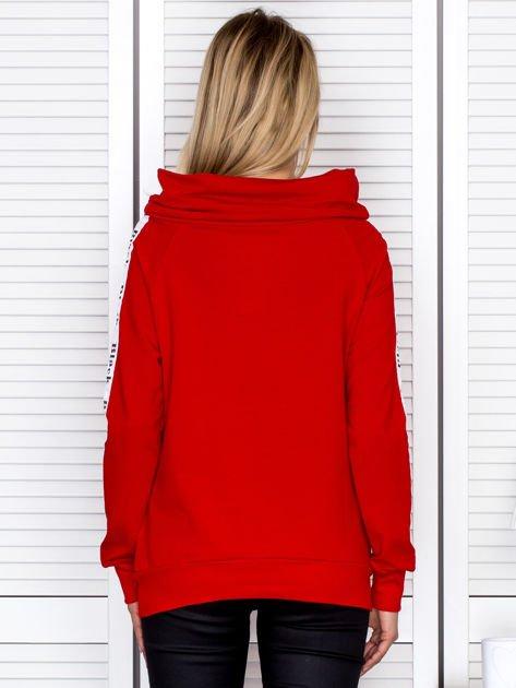 Czerwona bluza z szerokim kołnierzem i printową taśmą                               zdj.                              2
