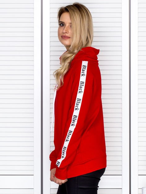 Czerwona bluza z szerokim kołnierzem i printową taśmą                               zdj.                              5